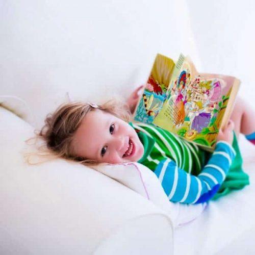 livre avec son prénom fillette qui lit
