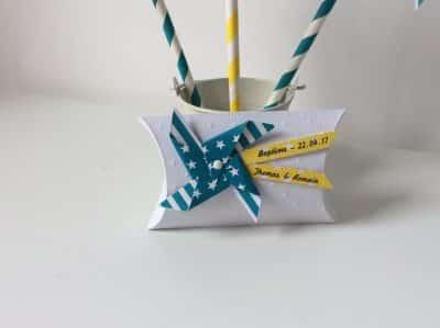 boite blanche à dragées avec rubans bleus et jaunes