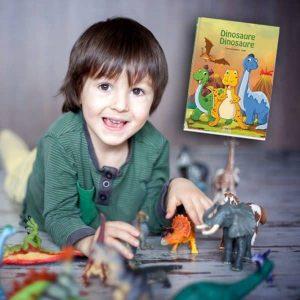 livre enfant dinosaure en photo en train de jouer