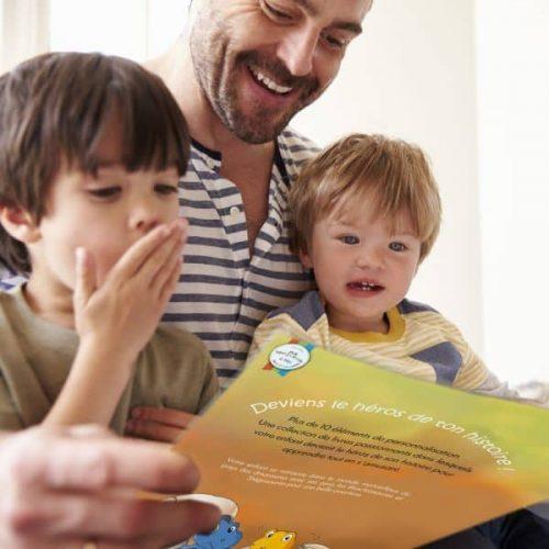 livre enfant personnalisé dinosaure lu par un papa à ses enfants