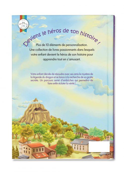 livre personnalisé pour enfant verso montrant un village au pied d'une montagne
