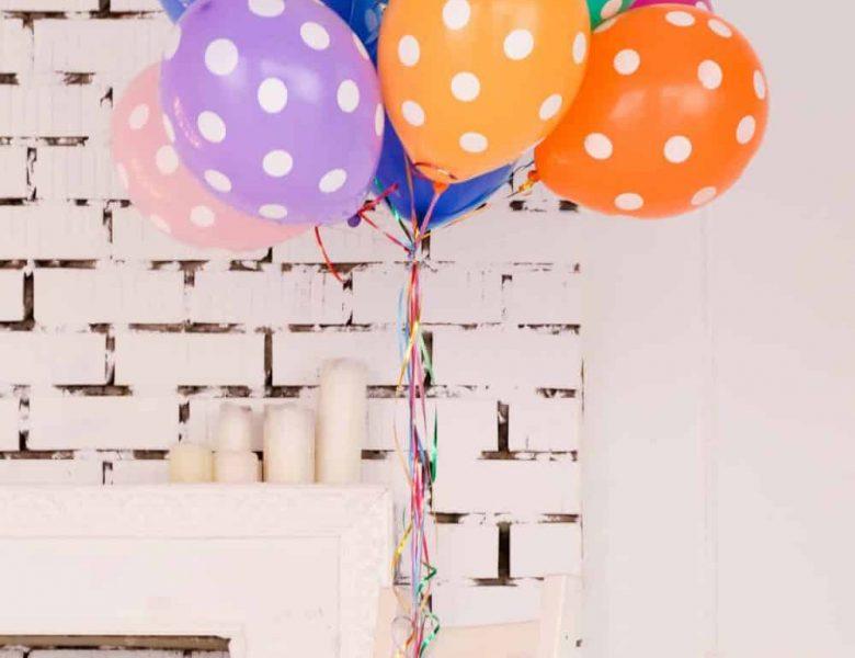 mur blanc et ballons colorés
