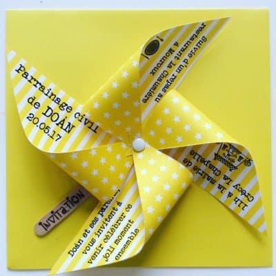 texte sur papier en forme de moulin jaune