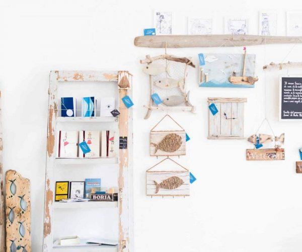 décoration intérieure en bois blanc tons bleus