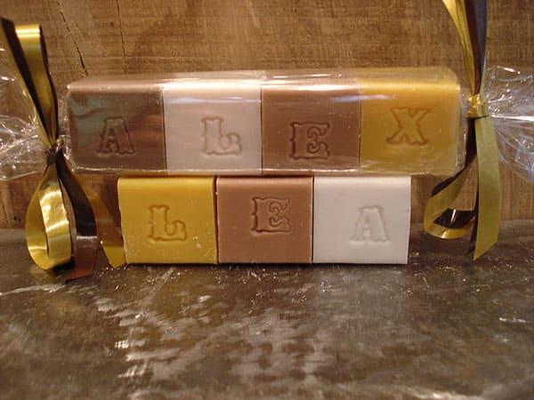 cubes de savons coloris terre et nature composant un message