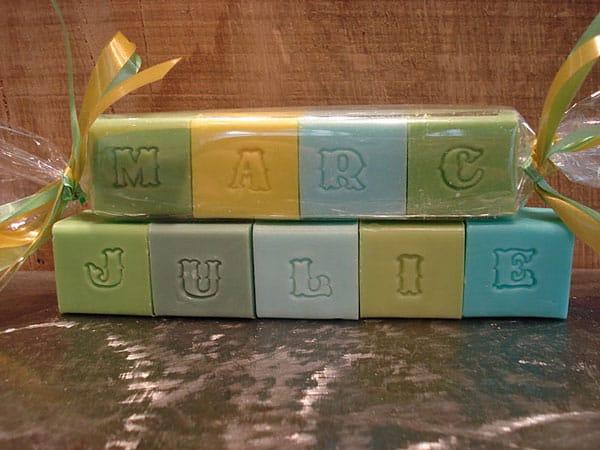 cubes de savons coloris vert prairie composant un message