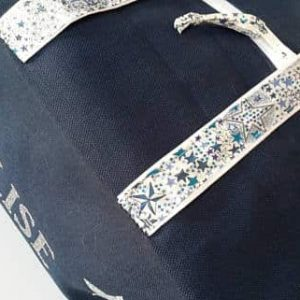 détails sur les finitions du sac bleu prénom Elise