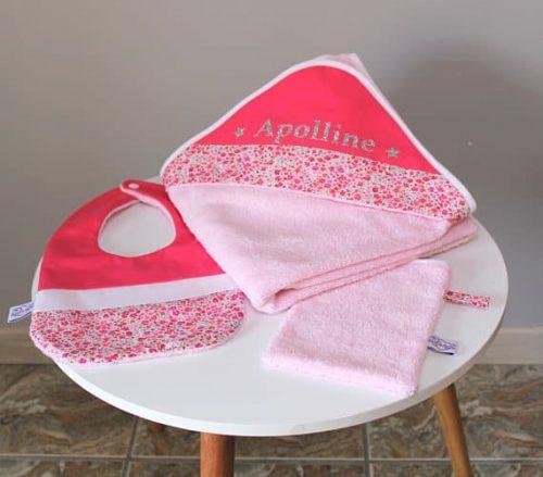 pack naissance personnalisable au prénom de bébé avec bavoir, cape de bain et gant