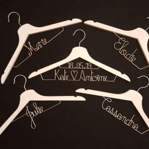 cintre à vêtements avec message en fil fer