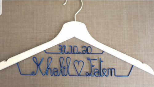 cintre blanc personnalisé avec prénoms des mariés en bleu