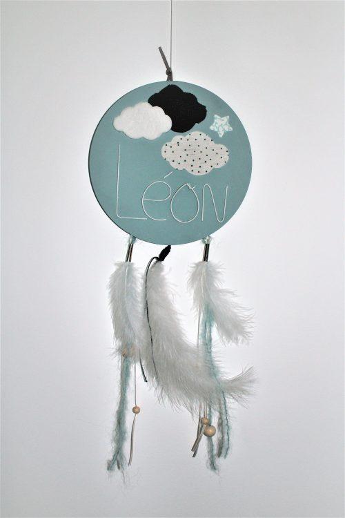 attrape rêve en bois bleu clair et plume