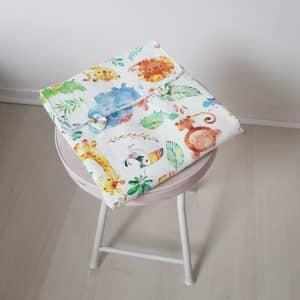 tapis à langer pour bébé plié sur un tabouret